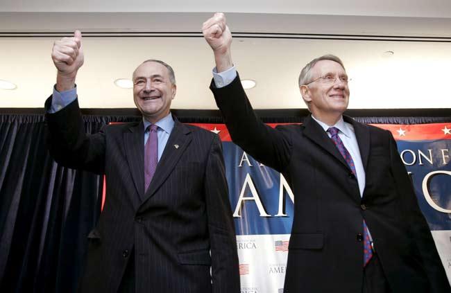 El senador estadounidense, demócrata por Nueva York, Charles Schumer (i) y el senador demócrata por Nevada Harry Reid (d) siguen los resultados desde Washington DC.