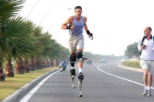 GUINNESS recordman. El hombre récord. Se llama Ashrita Furman y es la persona con más récords Guinness en su haber: 119, 41 de ellos vigentes. Entre sus plusmarcas más notables se encuentran el récord de saltos a la comba bajo el agua (900), caminar con una botella de leche sobre la cabeza (140 kilómetros) o correr una milla con acarreando un tipo de tu mismo peso (15 minutos y 12 segundos).