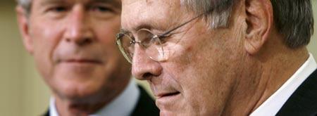 Donald Rumsfeld y George Bush