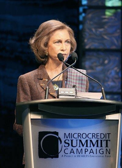 La Reina Sofía durante su intervención hoy en la Cumbre Global de Microcrédito (EFE).