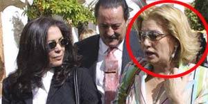 Mayte Zaldívar, con un círculo rojo, junto a Isabel Pantoja y Julián Muñoz. En la fecha de esta imagen, Zaldívar todavía era mujer de Muñoz (FOTO: Korpa).