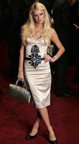 Paris Hilton. No podía faltar Paris Hilton, la guinda de todas las tartas. Al contrario que el resto de las damas, optó por un traje corto.