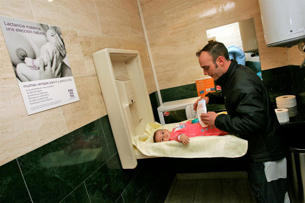 Piden m s cambiadores de beb s en ba os de hombres - Colchon para cambiador de bebe ...