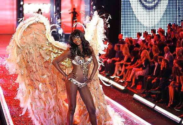 171106 Desfile de victoria's secret. Como caídas del cielo. Una modelo de Victoria's Secret durante el desfile de la firma en el teatro Kodak de Hollywood.