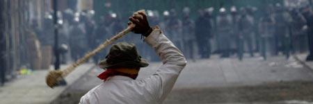 Un manifestante, frente a los agentes de la policía Federal Preventiva.
