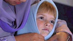 El hijab cubre cabello y cuello.