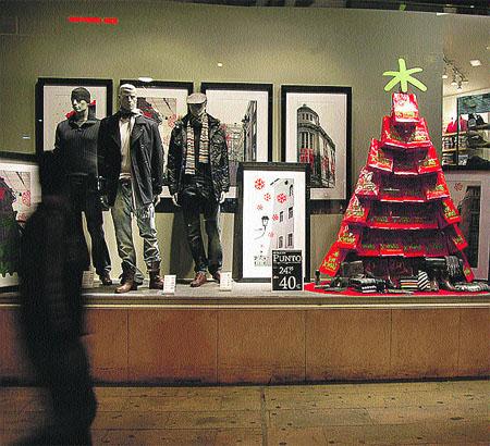 la navidad llega antes a las grandes tiendas para evitar colas