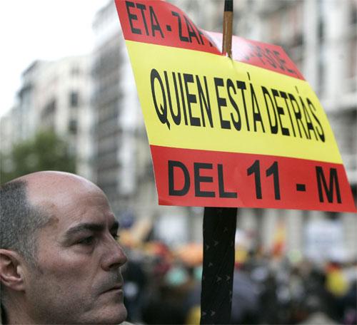 Manifestación AVT. '¿Quién está detrás del 11-M?', pregunta un participante de la manifestación de la AVT en una pancarta.
