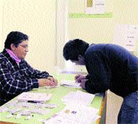 Los ecuatorianos de aquí votan en la UMU, esta vez sin avalanchas