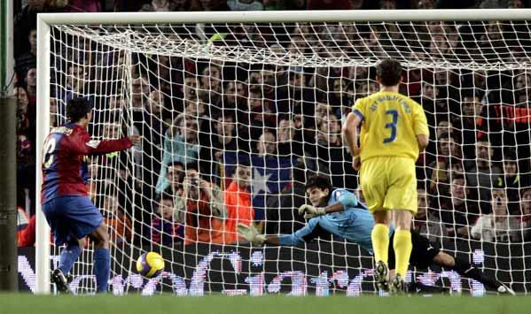 Ronaldinho marca de penalti contra el Villarreal