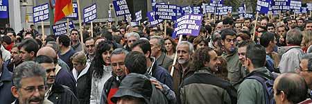 Numerosos polic�as nacionales recorren el Paseo de la Castellana de Madrid. (Kote Rodrigo / Efe)