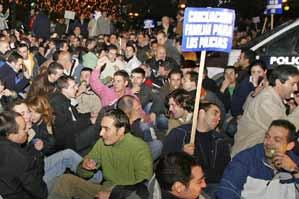 Numerosos polic�as nacionales protagonizan una sentada en la plaza de Emilio Castelar de Madrid (Foto: Efe)