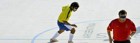 Partido de fútbol sala para ciegos entre Brasil y España