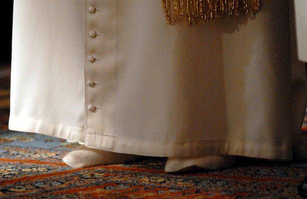 Visita del Papa a Turquía: descalzo en la mezquita. Como requiere el Islam, el Papa se quitó los zapatos y los sustituyó por unas babuchas blancas antes de entrar a la Mezquita Azul de Estambul.