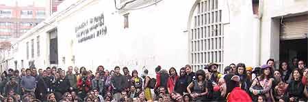 Imagen de una representación cultural de los okupas en Can Ricart (FOTO: MK -barcelona.indymedia.org -).