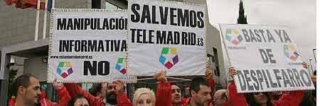 Trabajadores de Telemadrid protestan ante las instalaciones de la cadena en Pozuelo de Alarcón (Madrid)
