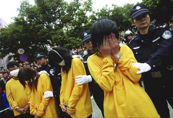 Cien prostitutas y proxenetas desfilaron públicamente en China. (China Daily / Reuters)