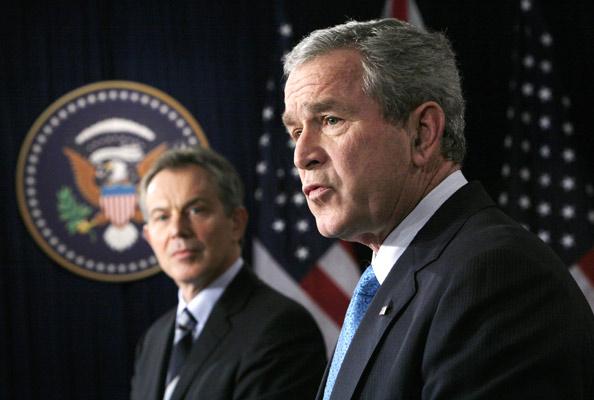 """071206 Tony Blair y George Bush. Aliados. El primer ministro británico, Tony Blair, y el presidente de EEUU, George W. Bush, en una rueda de prensa conjunta en la Casa Blanca. Los mandatarios han aceptado que es necesario """"un nuevo enfoque"""" para la estrategia en Irak."""