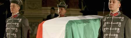 Tres guardias de honor velan el cadáver de Ferenc Puskas en basílica de San Esteban