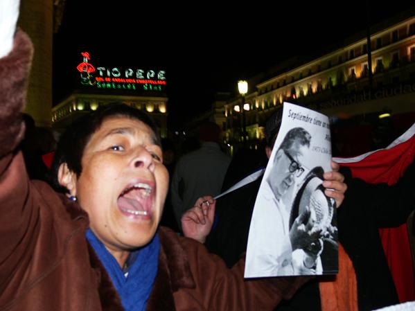 Los chilenos en España celebran la muerte de Pinochet