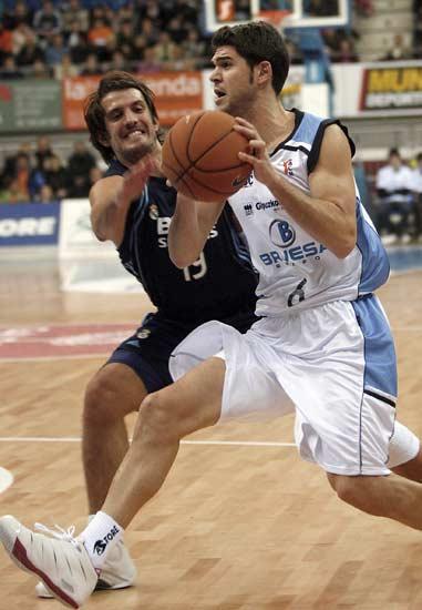 Los bases Kerem Tunceri (i), del Real Madrid, y Uriz, del Bruesa GBC, luchan un balón durante el encuentro