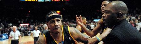 Carmelo Anthony en plena batalla