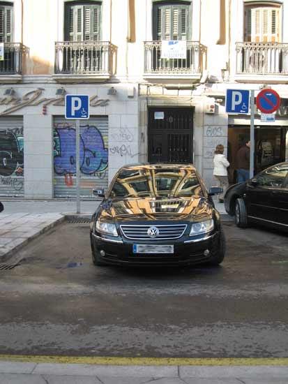 El coche oficial del alcalde de Madrid, pillado 'in fraganti' aparcando donde no debe