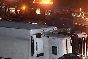 El autobús y el camión que han chocado esta noche en Huelva