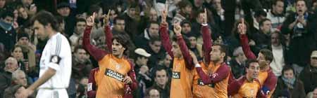 Raúl, cabizbajo, mientras los jugadores del Recreativo señalan al cielo