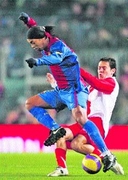 Ronaldinho y Agüero pactan el empate