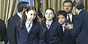 Unas niñas de San Ildefonso con el nuevo uniforme (TVE).