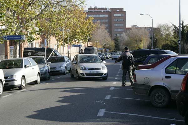 Ni parquímetros ni policías ponen coto a los 'gorrillas'