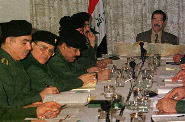 Sadam Hussein junto a su gabinete en 2001