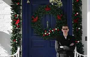 La puerta de la mansión, vigilada por un guardaespaldas