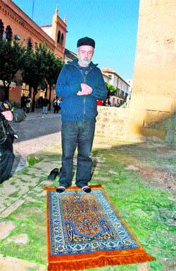 Rezo ante la mezquita de Córdoba
