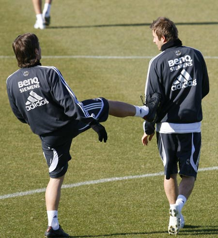 Beckham, a la izquierda, charla con Cassano durante el último entrenamiento del Real Madrid