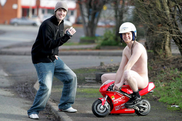 Foto 050107 Desnudo En Mini Moto Las Mejores Fotos De La Semana