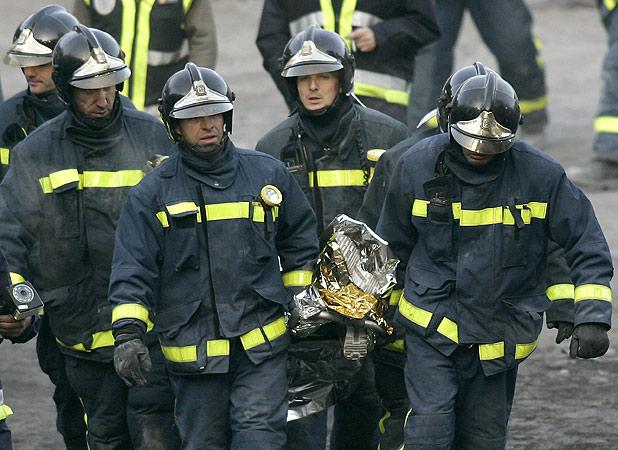 Los bomberos rescatan el cadáver de Diego Estacio