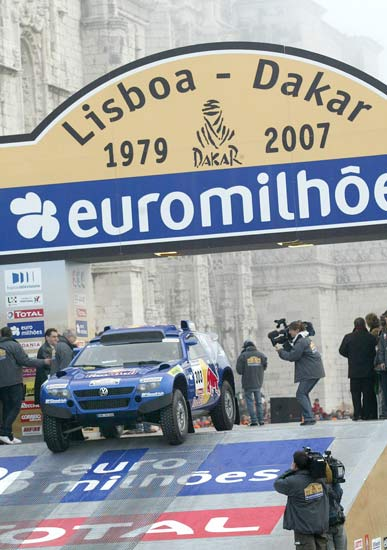 Carlos Sainz toma la salida en el rally Lisboa-Dakar
