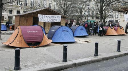 Tiendas de campaña colocadas a lo largo de la avenidaTourny en Burdeos. (Pierre Alain / Efe)