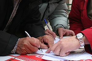 En el acto también se recogieron firmas para pedir el alejamiento de 'El Calvo'.