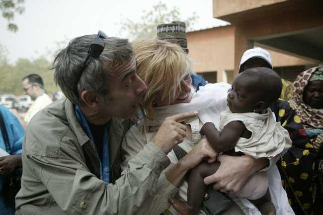 Imanol Arias y Ana Duato juegan con un bebé durante su estancia en Níger