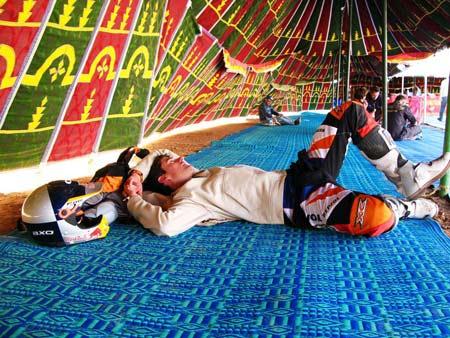 Coma descansa en una 'jaima'. Coma, el descanso del guerrero. Marc Coma descansa en una 'jaima' antes de tomar la salida de la cuarta jornada del rally Dakar que se disputó este martes entre las ciudades marroquíes Er Rachidia y Ouarzazate, y que, con un recorrido de 679 kilómetros totales, completó Coma el primero en un tiempo de 4h:27:54