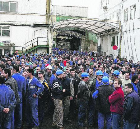 2.000 trabajadores de  astilleros salen a la calle en contra de 5 despidos