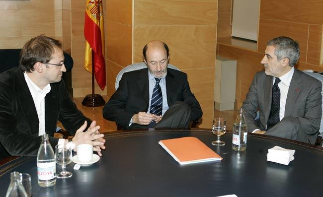 Rubalcaba, ayer, junto al coordinador general de IU, Gaspar Llamazares (i) y al diputado y portavoz de ICV en el Congreso, Joan Herrera