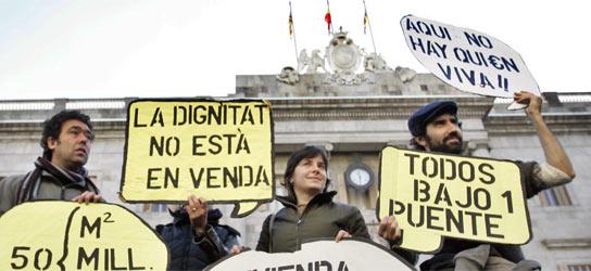 Los hijos de Don Quijote, junto a miembros de la Plataforma por una Vivienda Digna, durante un acto en Barcelona
