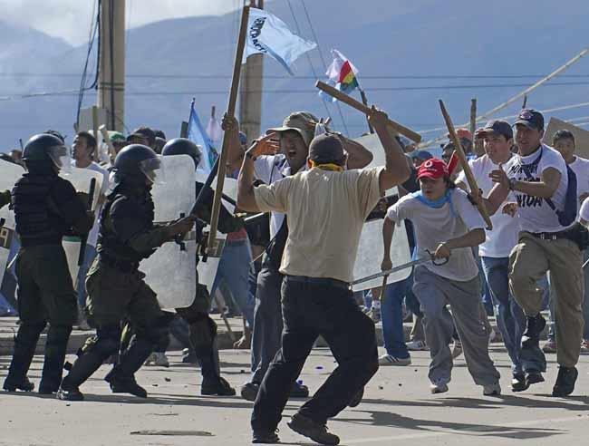 Violentos enfrentamientos entre campesinos en Cochabamba, Bolivia