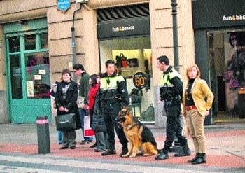 Dos agentes de la Policía
