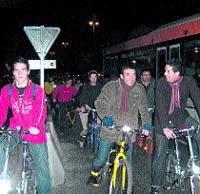Los ciclistas desafían al tráfico en hora punta para exigir más respeto