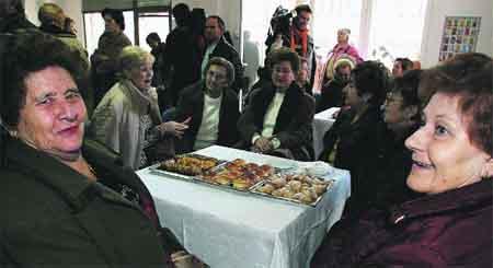 Pasteles en el estreno de un centro de mayores